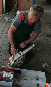 Wichtiges Einsatzgerät in 2017: Karl-Heinz Kleinau kümmert sich um die Kettensäge nach dem Sturmeinsatz im Juni.